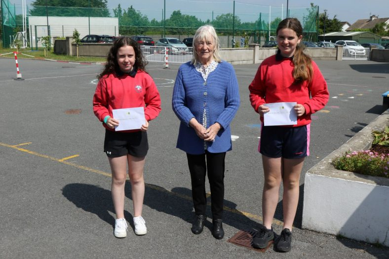 Clarecastle 5th and 6th Class Winners with judge Hilary Gilmore | John Power